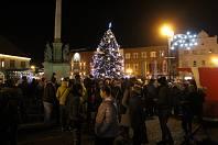 Nymburské náměstí Přemyslovců ozářil Vánoční strom.