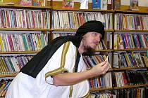 Karel Oroň Růžek jako beduín v poděbradské knihovně.
