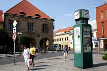 ODPOLEDNÍ Náměstí Přemyslovců v Nymburce bylo rozpálené a téměř prázdné.