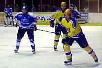 Nymburští hokejisté (ve žlutém) mají kolínský tým bodově na dostřel