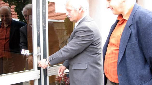 I v Městci Králové se v pátek ve dvě odpoledne otevřely dveře volebních místností.