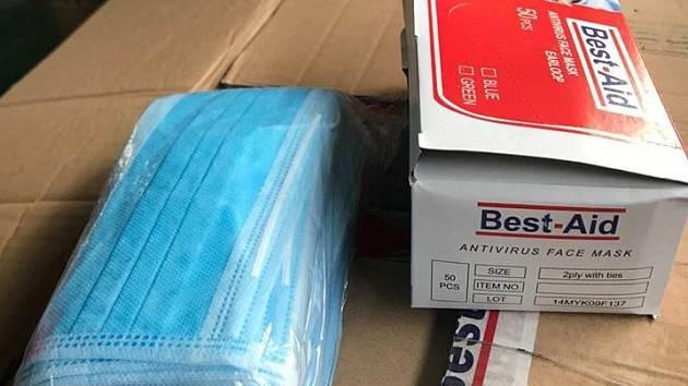 Z daru od firmy Changhong v podobě 20 tisíc respirátorů N95 a 200 tisíc roušek a ústenek.