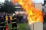 Stovky dětí v doprovodu učitelek či rodičů zamířily během středy na Den otevřených vrat do Hasičské záchranné stanice v Nymburce. Společně s policisty a strážníky předvedli svoji techniku. K tomu připravili i netradiční ukázky zásahů.