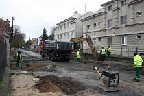 Dělníci za pomoci těžké techniky modernizují Lipovou ulici.