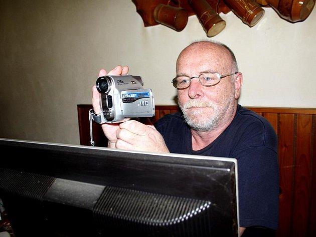 Jiří Mašek se na svět a Činěves dívá často skrz kameru.