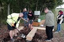 Po řadě brigád věnovaných úklidu či vysazování nových stromů přišlo tento víkend na řadu vybudování dvou příjemných posezení.