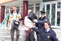 Policie odvádí z úřadu práce muže, který vyhrožoval skokem z okna.