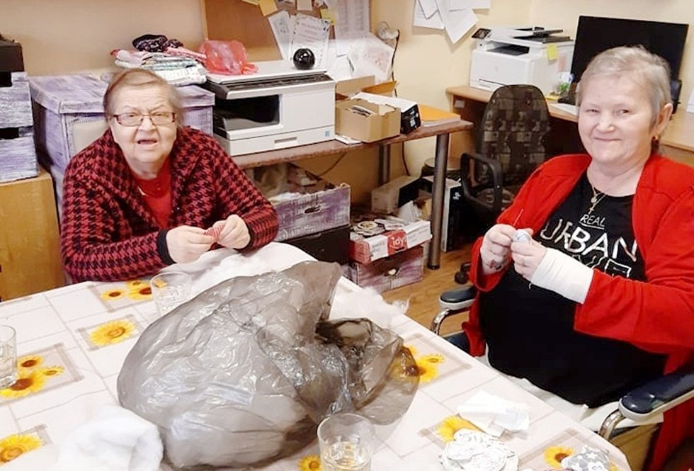 Senioři v rožďalovickém domově v rámci ručních prací vyrábějí i dekorace na Velikonoce.