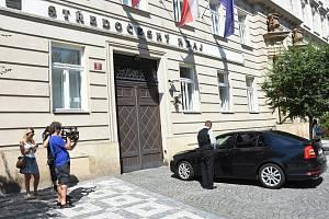 Zasahovat na Krajský úřad Středočeského kraje ve Zborovské ulici na pražském Smíchově přijeli v úterý kriminalisté Národní centrály proti organizovanému zločinu.