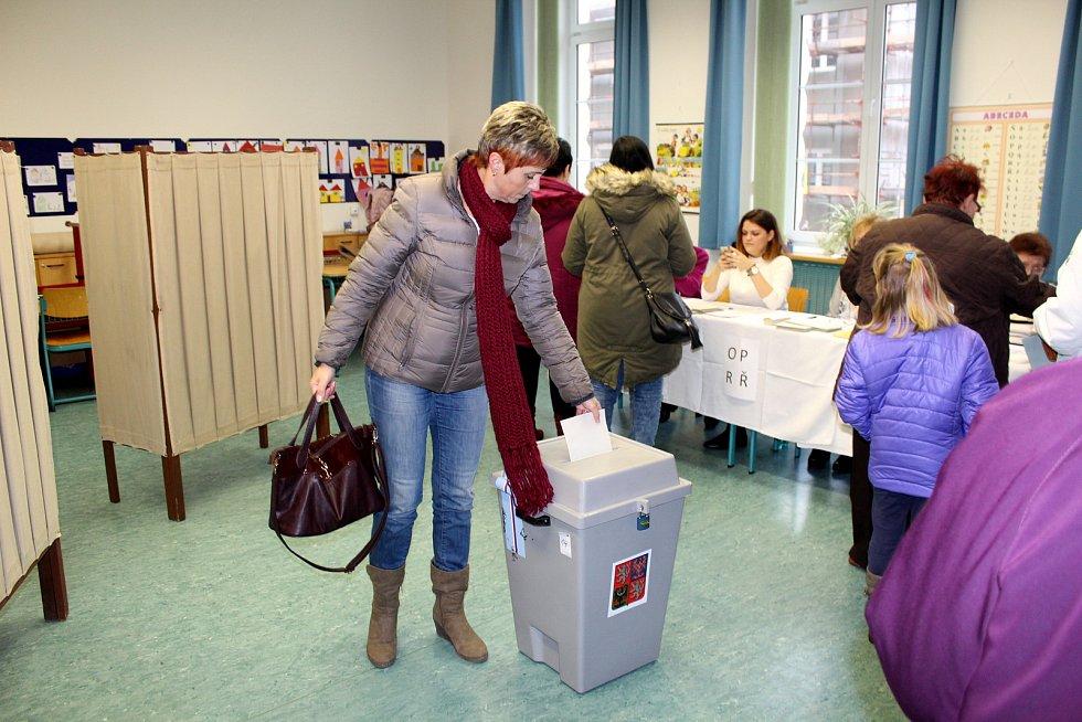V Nymburce lidé krátce po otevření volebních místností přišli do skautské vily Tortuga i na základní školu v Tyršově ulici.