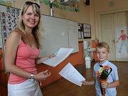Již dnes se rozdávalo vysvědčení na dvou základních školách v Nymburce.