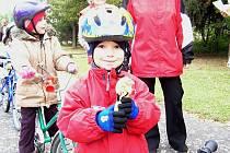 Děti z MŠ Žižkova se s policisty učili bezpečné jízdě.