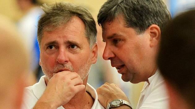 Michal Franěk (vlevo)  byl u reprezentace českých basketbalových kadetů jako vedoucí mužstva