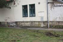 Řidič narazil do hřbitovní zdi v Poděbradech