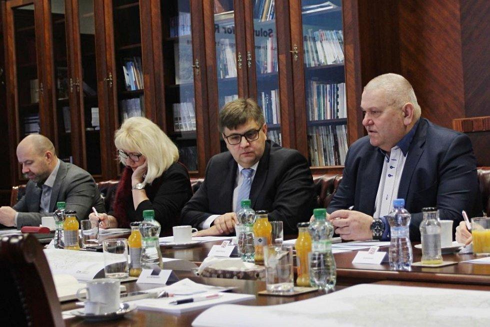 """""""Jsem přesvědčen, že společně najdeme východiska výhodná pro obyvatele regionu,"""" řekl po setkání statutární zástupce hejtmanky a náměstek pro oblast životního prostředí a zemědělství pan Miloš Petera (vpravo)."""