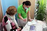 Měření cévního věku je podobné jako měření krevního tlaku.