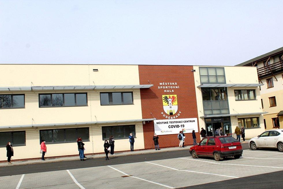 Při březnovém otevírání testovacího místa ve sportovní hale se stály fronty. Nyní bylo místo uzavřeno.
