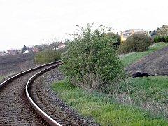 Po pravé straně jeden ze sražených koní, opodál stojící vlak. V pozadí domky Křince