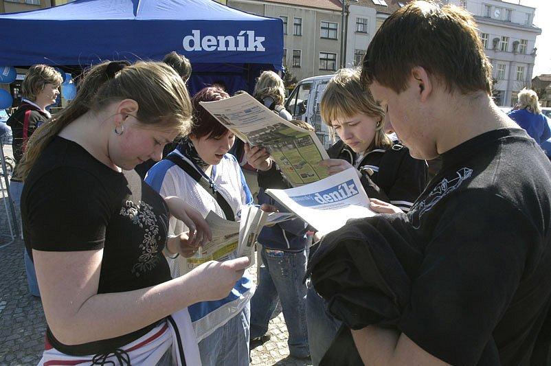 Náměstí v Lysé nad Labem se zaplnilo zvídavými čtenáři.