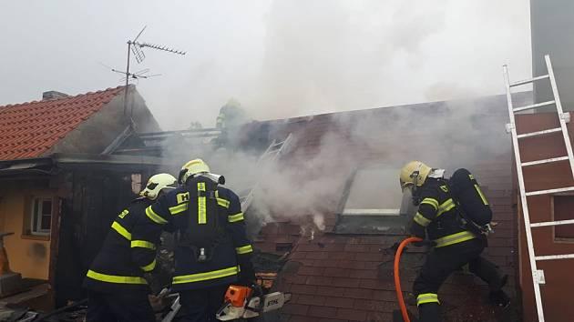 K nahlášenému požáru střechy vyjeli hasiči v úterý do Kounic..