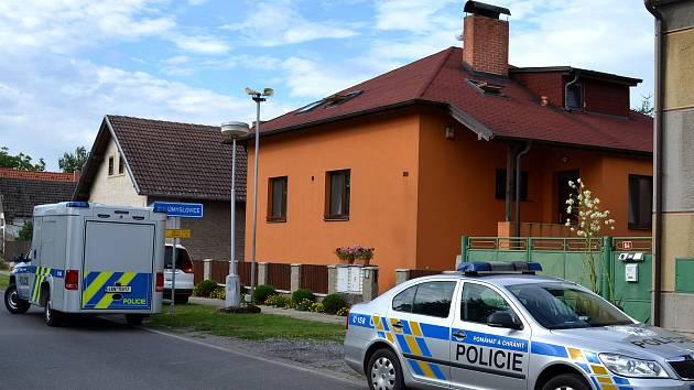 Z balkonu v zadní straně oranžového domu vypadlo v pondělí ráno osmiměsíční dítě. Bylo letecky převezeno do Motola.