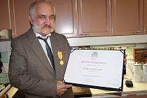 Zdeněk Duběnka s medailí a vyznamenáním.