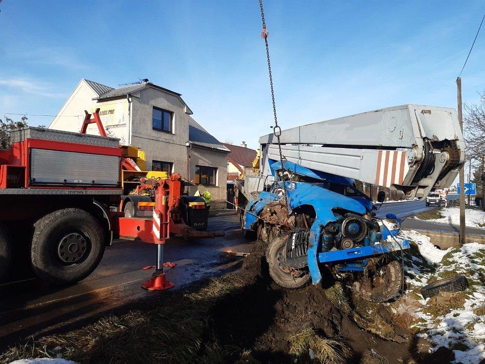 Nezapomenutelný pohled se ve středu naskytl nymburským hasičům. Před kruhovým objezdem na výjezdu z města na Mladou Boleslav bouraly dva nákladní automobily, z nichž jeden navíc ještě narazil do rozvodné skříně u plotu stavební firmy.