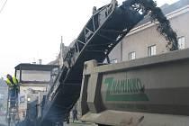 Na Boleslavské frézují silnici. Vytváří se fronty aut