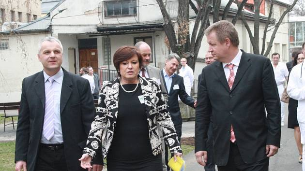 Ministr zdravotnictví Svatopluk Němeček (vpravo) navštívil nymburskou nemocnici.