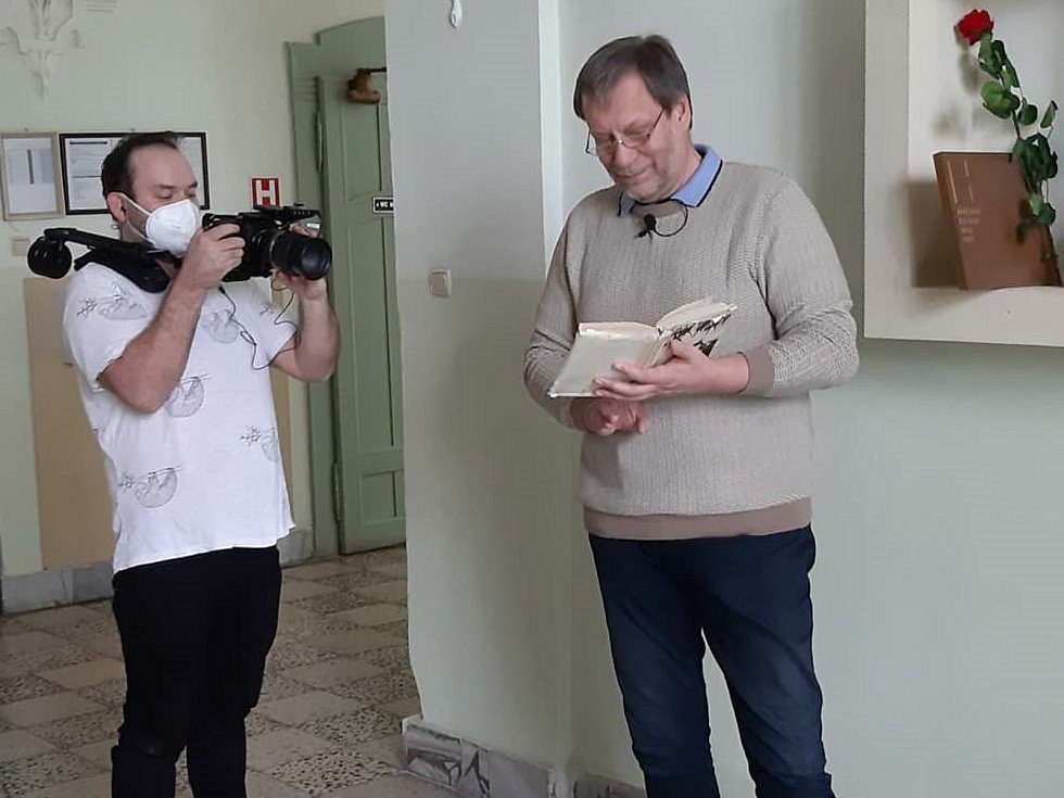 Jiří Kuhn čte dětem.