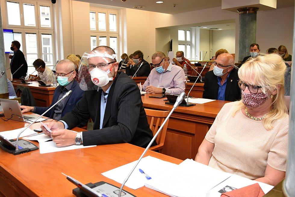 Důsledně vybavení rouškami či obdobným zakrytím úst a nosu se ve čtvrtek večer sešli k poslednímu zasedání v tomto volebním období – tentokrát nočnímu – středočeští zastupitelé.