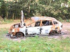 Ohořelé auto u Velenky na Nymbursku.