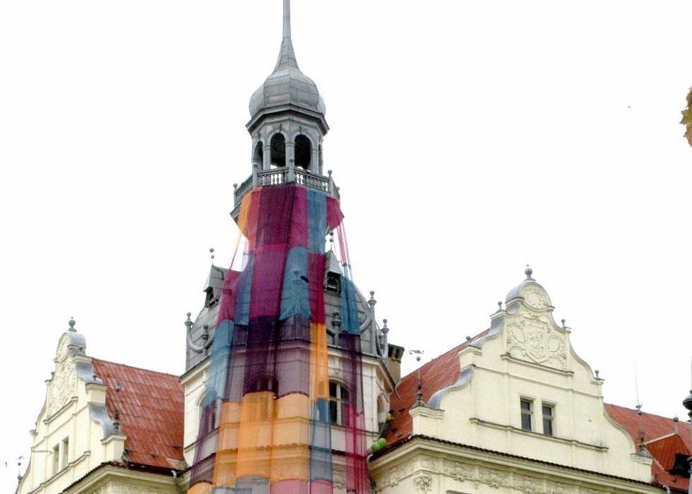 Až do soboty zůstane zahalena věž nymburského gymnázia.