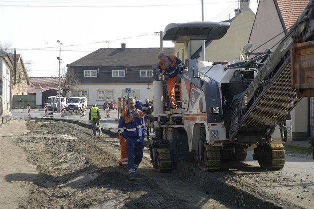 V Křinci se opravuje silnice.