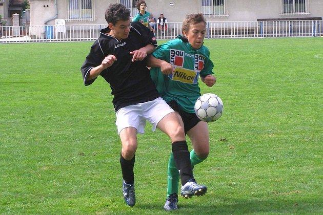Mladší dorostenci Unionu Čelákovice (v tmavém) stále čekají, stejně jako jejich starší kolegové, na první výhru v letošní sezoně v divizní skupině C
