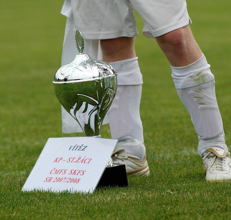 Fotbaloví žáci Polabanu Nymburk vyhráli krajský přebor a postoupili do divize. Od místostarosty Miloše Petery dostali pohár pro vítěze soutěže
