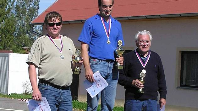 Roman Kutmon (uprostřed) se stal mistrem republiky. Druhý skončil Luboš Matyásek (vlevo) a třetí Jan Netopilík