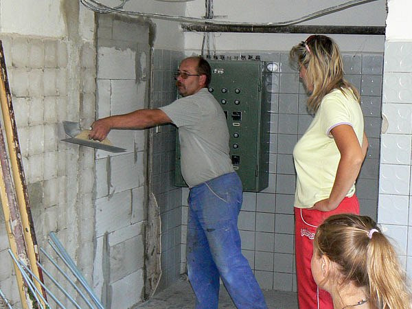 Stavební práce v současné době probíhají na budově Mateřské školy v Sadské.
