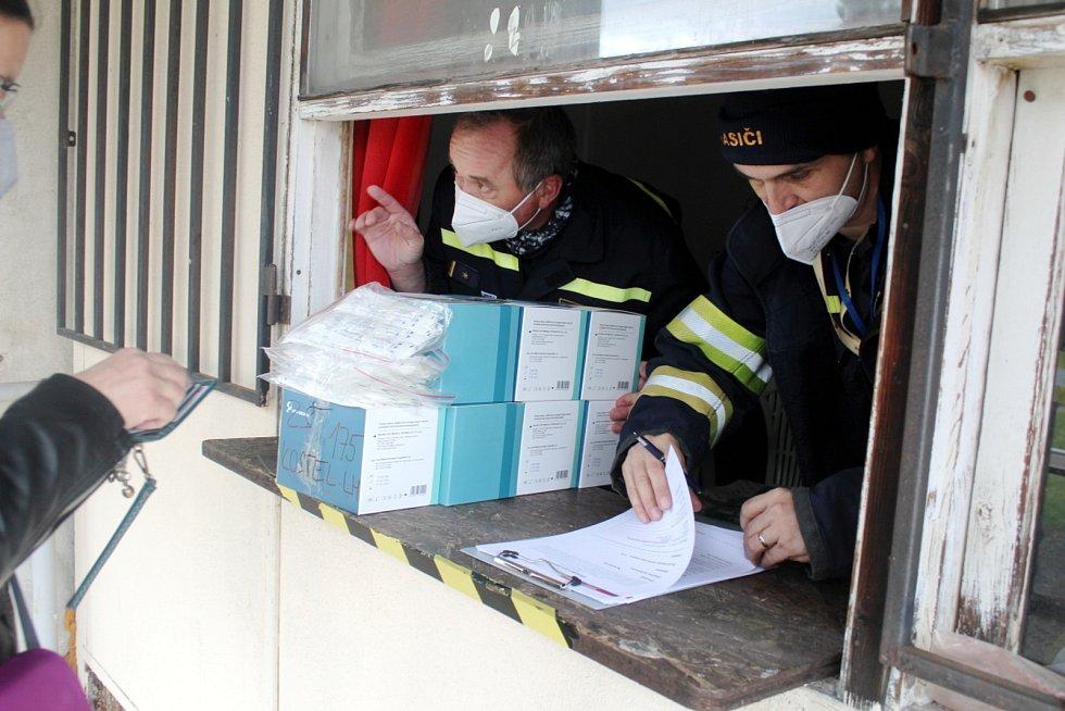 Výdej testů pro děti do škol a školek u nymburského hasičského hřiště.