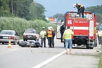 U Poděbrad na dálnici došlo k vážné nehodě motorkáře