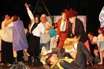 Z představení Slunce, seno, jahody a pár facek v nymburském divadle