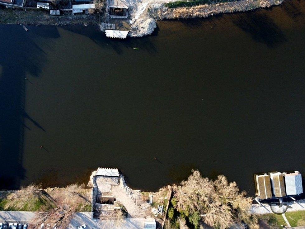 Pohled na situaci kolem nymburské lávky z dronu.