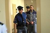 Sedmatřicetiletý M.L dostal za najíždění na celníka 4 roky natvrdo