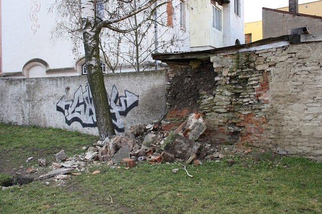 Vyvalená zeď v parčíku u kostela sv. Jiljí z minulého týdne.