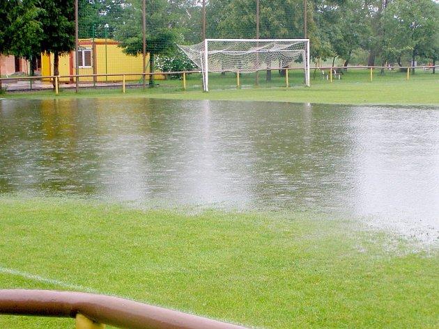 JAKO BAZÉN. Podobně jako na fotbalovém hřišti v Sokolči to vypadalo i na jiných trávnících po celém okrese. A nejen tam. Proto byla některá víkendová utkání odložena.
