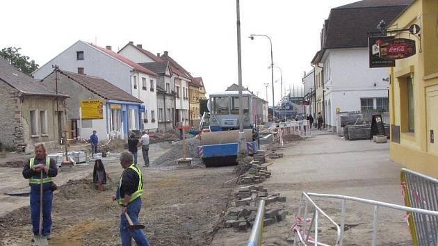 Práce na Masarykově ulici se dostaly až na křižovatku s ulicí Čechovou.
