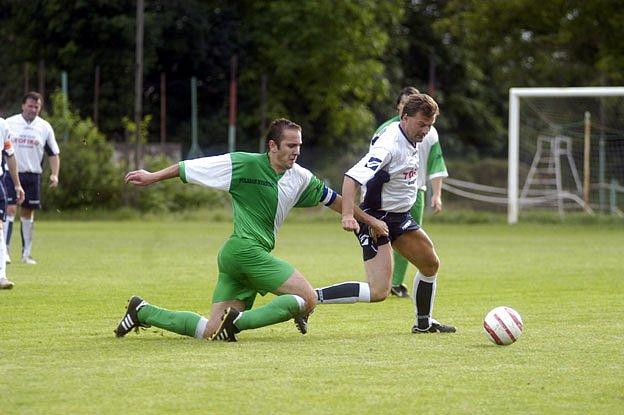Pavel Dvořák z Kostomlat (vpravo) si nezahraje pět zápasů.