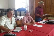 Losovacímu aktivu, který se konal v Křinci, šéfovali Josef Voborník (vlevo), předseda Okresního fotbalového svazu Nymburk Radomil Noll a Karel Mašinda (vpravo)