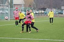 Fotbalisté Lysé nad Labem (v pruhovaném) prohráli v přípravném utkání s celkem Velimi 1:5.