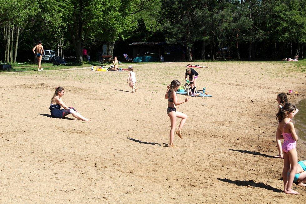Teplé letní dny začínají lákat i k poděbradskému Jezeru.
